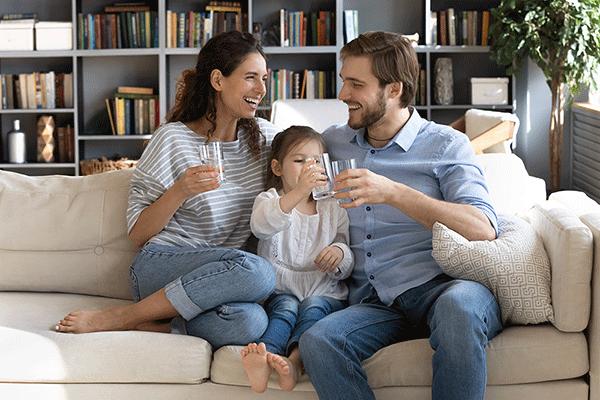 familia bebiendo agua